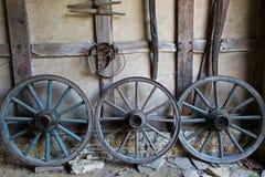 Wagenräder an der alten Lehmziegelmauer eines Gutshauses Stockbild