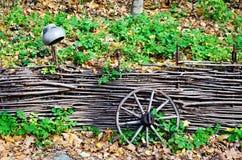 Wagenräder der Zaun stockfotos