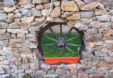 Wagenrad in der Wand Lizenzfreies Stockfoto