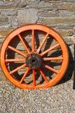 Wagenrad gegen ein Steine in den Weg gelegte Stockbild