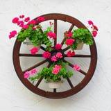 Wagenrad mit Blumen Lizenzfreies Stockfoto