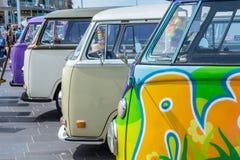 Wagens del campista del kombi de VW en la demostración de coche clásica refrigerada Imagenes de archivo