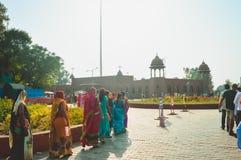 WAGHA-GRÄNS, AMRITSAR, PUNJAB, INDIEN - JUNI, 2017 Folk som går att delta i att fälla ned av flaggaceremoni Dess en dagstidningmi royaltyfri foto