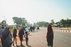 WAGHA granica, AMRITSAR, PUNDŻAB INDIA, CZERWIEC, -, 2017 Ludzie iść uczęszczać obniżanie flaga ceremonia Swój dzienny militarny  fotografia stock