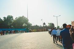 WAGHA granica, AMRITSAR, PUNDŻAB INDIA, CZERWIEC, -, 2017 Ludzie iść uczęszczać obniżanie flaga ceremonia Swój dzienny wojskowy obrazy stock