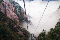 Wagon kolei linowej w deszczu i mgle obraz royalty free