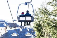 Wagon kolei linowej z dwa ludźmi iść w górę funicular w Sierra Nevada górach na obrazy stock