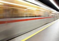Wagon metru przyjeżdża przy dworcem Fotografia Royalty Free
