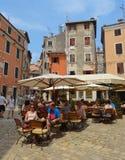 Wagon-restaurants aux tables dans un restaurant dans la vieille ville de Rovinj Croatie photo stock