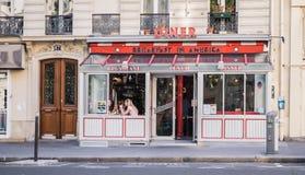 Wagon-restaurants de femmes en petit déjeuner dans le wagon-restaurant de l'Amérique à Paris, France Photos stock