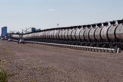 Wagons-citernes étant chargés avec le pétrole brut photographie stock libre de droits
