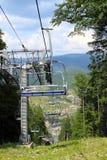 Wagonu kolei linowej ropeway narciarski dźwignięcie w lecie w górach Fotografia Stock