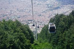 Wagony kolei linowej iść w górę wewnątrz góra, zieleni wzgórza fotografia stock