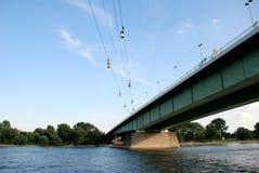 Wagony kolei linowej krzyżują Rhine w Kolonia, Niemcy Zdjęcia Stock