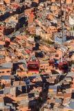 Wagony kolei linowej lub funicular system nad pomarańcze dachami i budynkami Boliwijski kapitał, los angeles Paz, Boliwia fotografia royalty free
