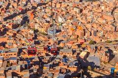 Wagony kolei linowej lub funicular system nad pomarańcze dachami i budynkami Boliwijski kapitał, los angeles Paz, Boliwia fotografia stock