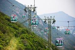Wagony kolei linowej nad tropikalnymi drzewami w Hong Kong Fotografia Stock