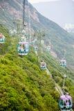 Wagony kolei linowej nad tropikalnymi drzewami w Hong Kong Zdjęcia Royalty Free