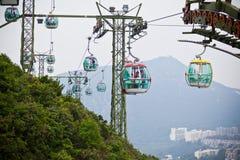 Wagony kolei linowej nad tropikalnymi drzewami w Hong Kong Obrazy Royalty Free
