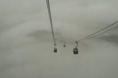Wagony kolei linowej podróżujący w mgle Obrazy Royalty Free