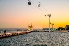 Wagony kolei linowej przegapiają Vasco Da Gama most na Tagus rzece obraz stock