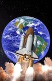 Wahadłowa kosmicznego wodowanie w otwartej przestrzeni nad ziemią fotografia stock