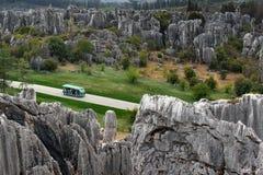 Wahadłowa minibus z turystami w Shilin kamienia lesie, Chiny obraz stock