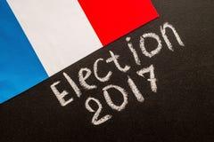 Wahl 2017 auf dem Kreidebrett und der französischen Flagge Stockbild