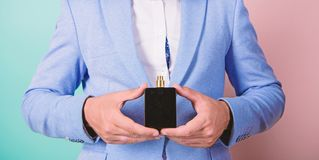 Wahl des wirklichen Mannes Rechter Duft der Auswahl Wie bestes wählen Sie, parfümieren Sie entsprechend Gelegenheit Für welches b stockfotografie