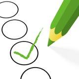 Wahl: grüner Bleistift mit Haken Stockbild