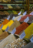 Wahl von Gewürzen am Markt Stockbild