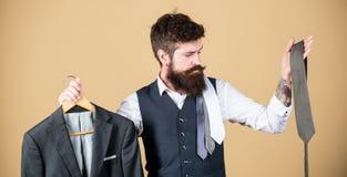 Wahl von Kleidung und von Zusätzen Hippie, der Einkaufswahl im Geschäft trifft Geschäftsmann, der Krawatte, auserlesenes Konzept  lizenzfreies stockfoto
