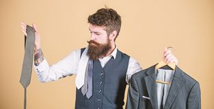 Wahl von Kleidung und von Zus?tzen Hippie, der Einkaufswahl im Gesch?ft trifft Gesch?ftsmann, der Krawatte, auserlesenes Konzept  stockfotografie