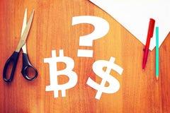 Wahl zwischen cryptocurrency und Dollar Stockbild