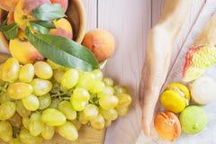 Wahl zwischen gesundem und ungesundem Lebensmittel Lizenzfreies Stockfoto