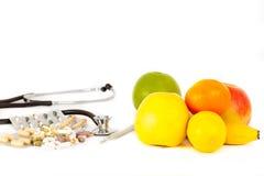 Wahl zwischen Verhinderung mit Vitaminen und dem Kurieren mit Pillen lizenzfreies stockbild