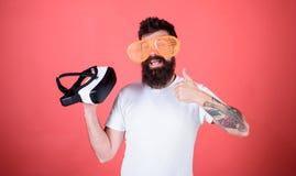 Wahl zwischen Wirklichkeit und VR Alternative Wirklichkeit Bemannen Sie das Treffen von Entscheidung, was wirkliches oder virtuel stockfotografie