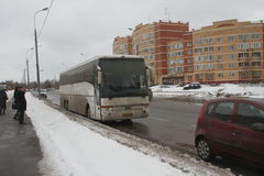 Wahlbetrug in Russland Ein Bus mit Leuten von den Behörden, die an den mehrfachen Wahllokalen gleichzeitig wählen Lizenzfreies Stockbild
