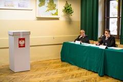 Am Wahllokal während der polnischen Parlamentswahlen zum Sejm und zum Senat Lizenzfreie Stockbilder