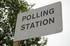 Wahllokal-Zeichen, BRITISCHE Parlamentswahl Stockfotografie
