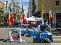 Wahlstand auf Straße zur Unterstützung politischer Partei Lega Nord führte durch Salvini-` s in den Parlamentswahlen des Italiene Stockbilder