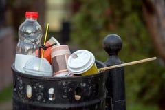 Wahlurne drängte sich mit Abfall von der Plastikflasche und vom glasse Lizenzfreie Stockfotos