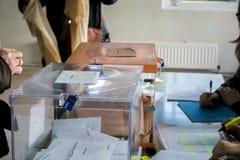 Wahlurnen am Wahlmänner-Gremium am spanischen Parlamentswahltag in Madrid, Spanien Stockbild