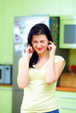 Wahnsinnige schließen Ohren mit den Fingern, Ausgangsinnenraum lizenzfreie stockbilder