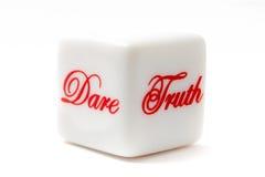 Wahrheit oder Herausforderung sterben für Wahrheit oder wagen Spiel Stockfotografie