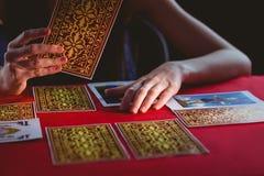 Wahrsager, der Tarockkarten verwendet Lizenzfreie Stockfotos