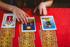 Wahrsager, der Tarockkarten verwendet Stockfotos