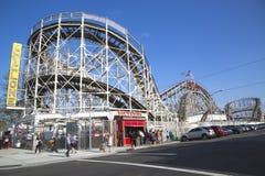 Wahrzeichen-Wirbelsturm-Achterbahn im Coney Island-Abschnitt von Brooklyn Stockbild