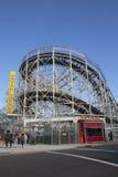 Wahrzeichen-Wirbelsturm-Achterbahn im Coney Island-Abschnitt von Brooklyn Stockfotografie