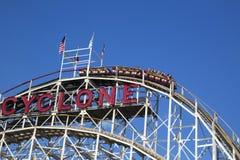 Wahrzeichen-Wirbelsturm-Achterbahn im Coney Island-Abschnitt von Brooklyn Lizenzfreie Stockfotografie